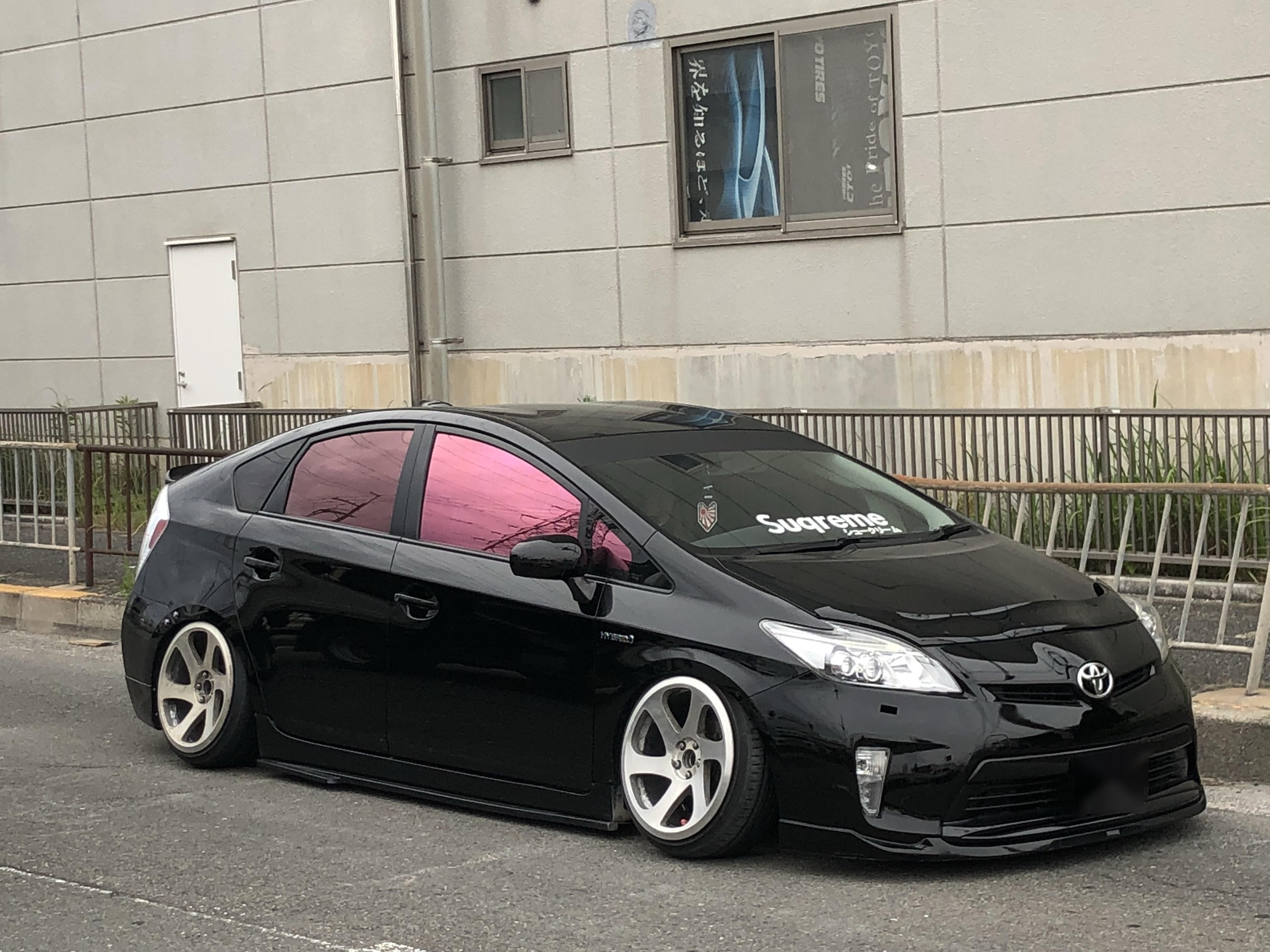 ★日本最大級マークX・クラウン・カスタムカー専門店★本日はプリウス車高調取付!本店ではオイル交換や車高調整。T君頑張りました♪